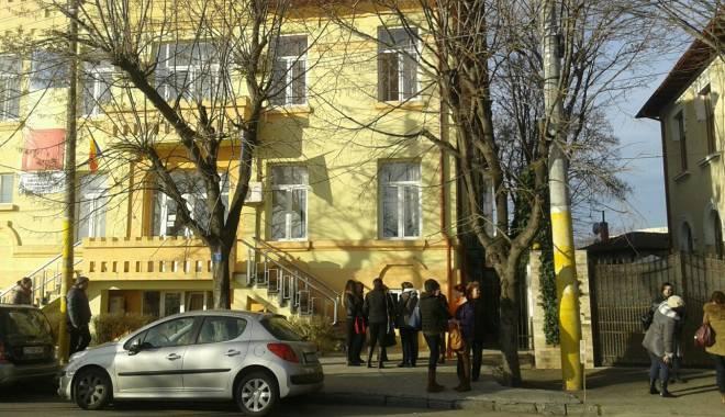 Foto: GREVĂ LA ŞCOALA 30 DIN CONSTANŢA. Cadrele didactice sunt în faţa ISJ Constanţa
