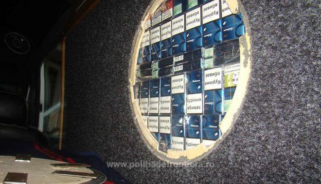 Foto: Captură importantă a poliţiştilor de frontieră, ascunsă în pereţii unui microbuz