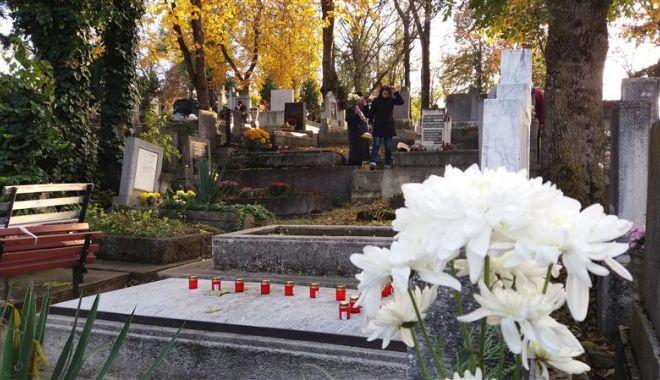 Foto: Un bărbat s-a spânzurat în cimitir de crucea soției sale, care murise în aprilie