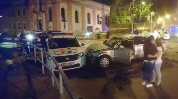 Foto: O şoferiţă a făcut praf o maşină de Poliţie. Un om al legii a fost rănit