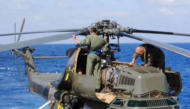 Foto: UPDATE. Operaţiune de salvare, la Constanţa. PESCADOR găsit de elicopterul Puma Naval