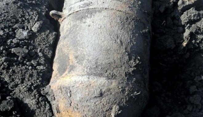Foto: Bombă de aviație de 250 kilograme, detonată de pirotehniști chiar în locul unde a fost descoperită