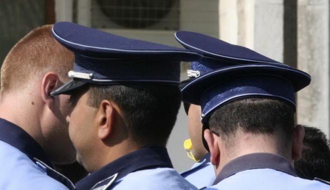 Foto: DOI POLIŢIŞTI DIN CONSTANŢA, PRINŞI ÎN FLAGRANT ÎN TIMP CE LUAU ŞPAGĂ DE LA UN ŞOFER