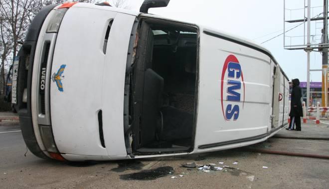 Foto: ACCIDENT RUTIER GRAV. Microbuz 301 răsturnat la Gară, 4 victime la spital. Şoferul se certa cu pasagerii