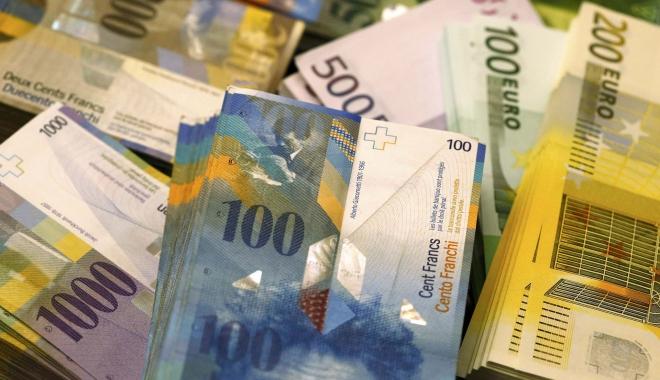 Foto: FRANCUL ELVEŢIAN, ÎNGHEŢAT LA CURSUL DE 2,1 LEI. DECIZIA INSTANŢEI ESTE DEFINITIVĂ. Datornicii la bănci în franci elveţieni au obţinut o victorie URIAŞĂ