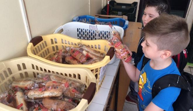 Nu vede nimeni bătaia de joc din şcoli? Cornuri, lapte şi mere, bune pentru animale, nu pentru copii - 1-1490011605.jpg