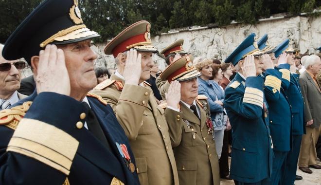 Foto: LOVITURĂ GREA PENTRU MILITARI. Li s-au mărit salariile, dar Guvernul loveşte în pensiile militare. Legea care le taie veniturile