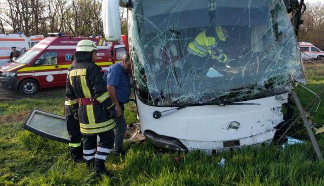 Foto: 15 persoane implicate în accident! UN MORT ŞI NOUĂ RĂNIŢI