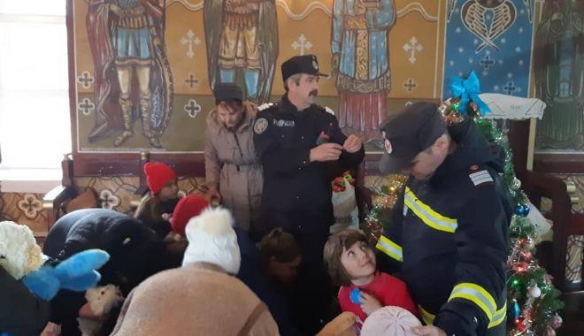 Foto: Moș Crăciun, ajutat de pompieri, a ajuns în satul Miorița