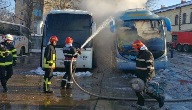 Foto: Autocar distrus de un incendiu, în autogară