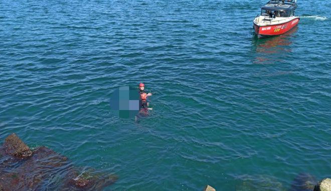 Foto: CADAVRU găsit între stabilopozi, în Portul Constanța