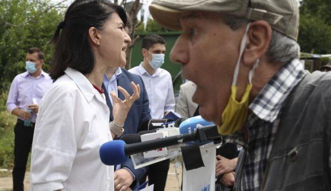 """Foto: Conferință întreruptă de un pensionar nemulțumit. """"Mărește-mi pensia! Te omor cu mâna mea!"""""""