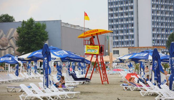 Foto: Mergeți la plajă, în weekend? Iată semnificația steagurilor de la punctele de salvamar