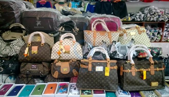 Foto: 1.000 de genţi contrafăcute, confiscate în Portul Constanţa