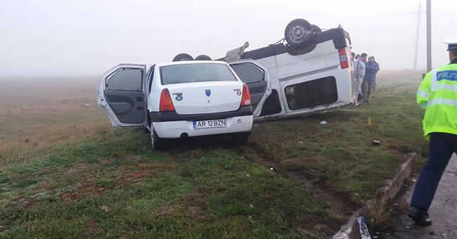 Foto: Un microbuz cu pasageri şi un autoturism s-au ciocnit. Patru victime!