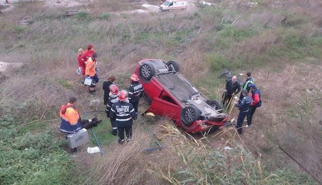 Imagini dramatice! Grav accident rutier pe strada Traian. O șoferiță a lovit un biciclist, după care s-a răsturnat cu mașina în râpa portului! TREI VICTIME - Update - 10799480985076208176043656135457-1415794523.jpg