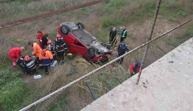 Imagini dramatice! Grav accident rutier pe strada Traian. O șoferiță a lovit un biciclist, după care s-a răsturnat cu mașina în râpa portului! TREI VICTIME - Update - 10799496985075731509424833170115-1415794538.jpg