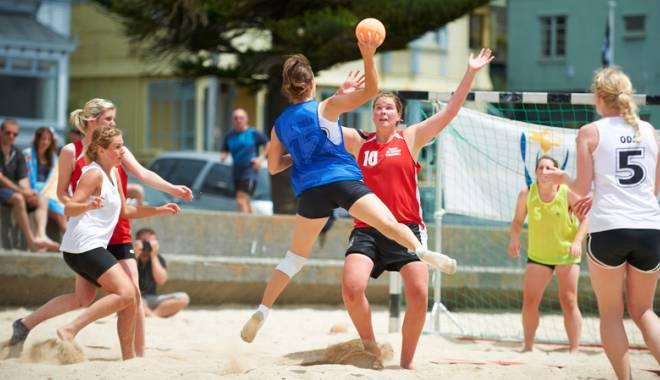 Foto: Competiţie strânsă la Festivalul Naţional de beach handball