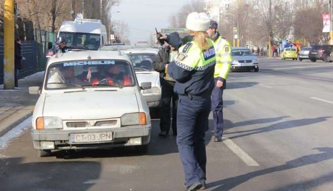 Foto: Șoferi fără permise auto, depistați pe Bulevardul Aurel Vlaicu / Galerie foto
