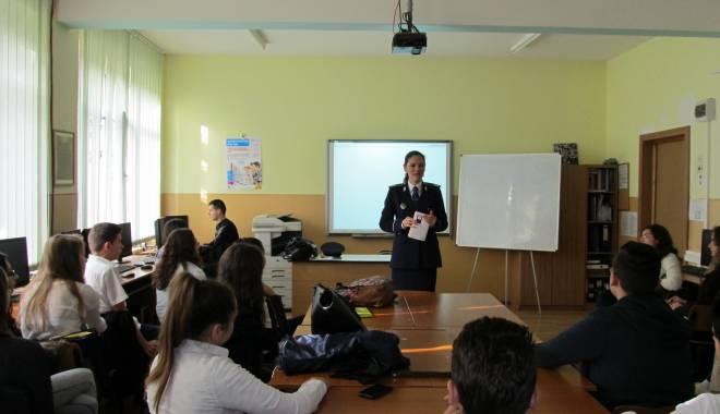 """Foto: Poliţiştii au ţinut cursuri la Colegiul Pedagogic """"Constantin Brătescu"""""""
