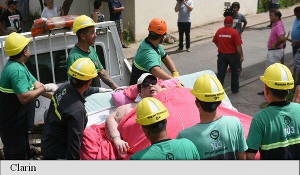 Foto: Pompierii au dărâmat un zid pentru a permite unei femei de 490 de kilograme să ajungă la spital