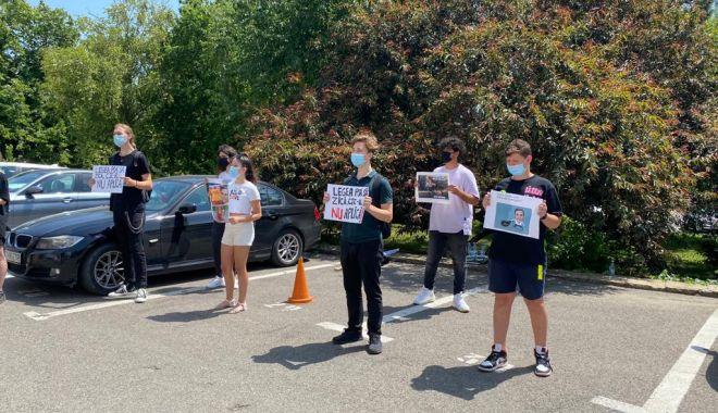 Elevii constănțeni protestează în fața Consiliului Județean. Cer transport intrajudețean - 11be74c6b24443dd90dbfa03172653a4-1627466281.jpg