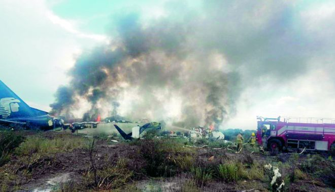 Foto: Unsprezece supravieţuitori ai catastrofei din Mexic dau în judecată compania Aeromexico
