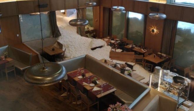 Foto: O avalanşă a lovit un hotel din Alpi. Sunt mai mulţi răniţi, zăpada a intrat în restaurant