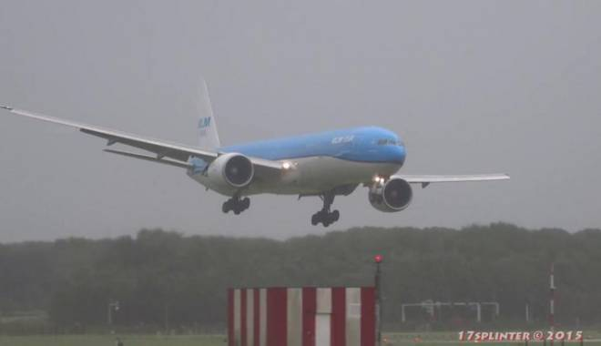 Foto: CLIPE DE PANIC�! Avion cu sute de pasageri rom�ni, aterizare de urgen�� �n Fra�a
