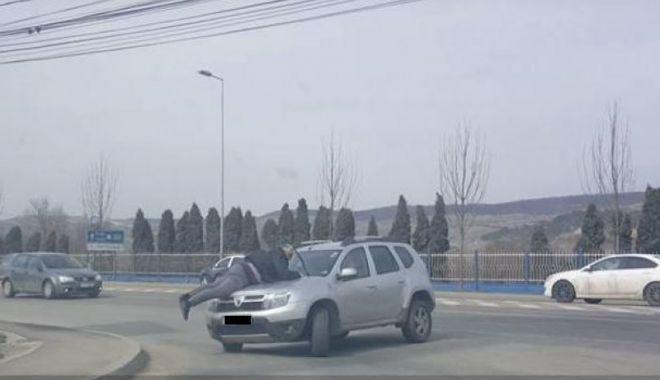 Foto: SCENE TERIBILE ÎN TRAFIC. BĂRBAT PLIMBAT PE CAPOTA UNEI MAŞINI