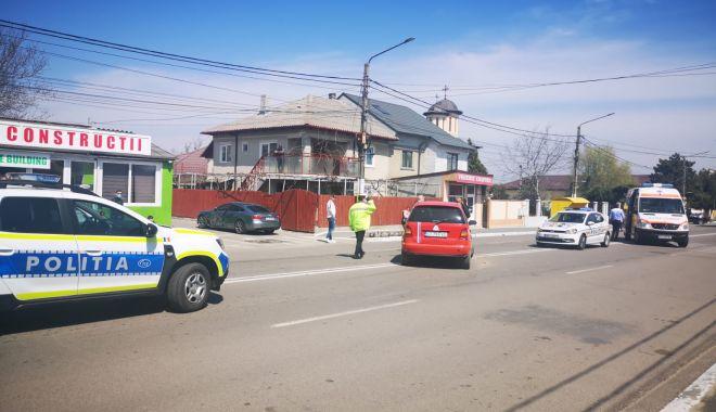 GALERIE FOTO / Accident în fața Poliției Valu lui Traian. O femeie a fost rănită! - 13apraccidentvalu1-1618315002.jpg