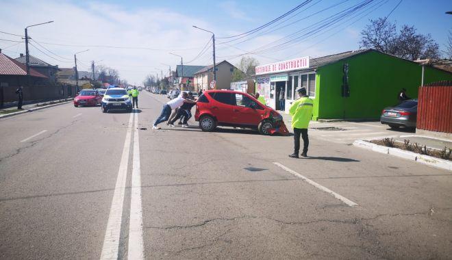 GALERIE FOTO / Accident în fața Poliției Valu lui Traian. O femeie a fost rănită! - 13apraccidentvalu3-1618315042.jpg