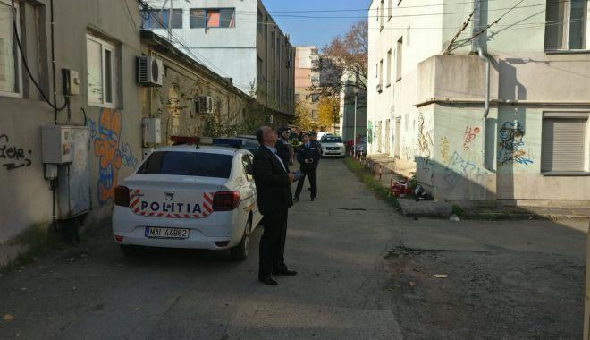 Pasiune…macabră! Un tânăr se tot urcă pe clădiri și amenință că se sinucide! - 13novsinucigas-1573630625.jpg