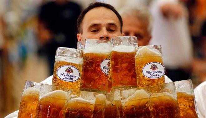 Foto: Un german și-a doborât propriul record mondial la cărat halbe de bere