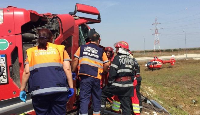 Foto: Update: Grav accident rutier. Un TIR s-a r�sturnat la intrarea pe autostrad�. Au intervenit elicopterul SMURD �i Descarcerarea
