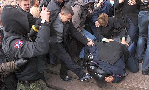 Foto: Incidente violente la Kiev între poliţie şi manifestanţi, la sediul Guvernului