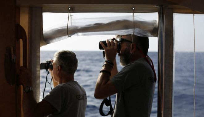 Foto: O navă comercială, deturnată de migranţii pe care îi salvase din largul mării