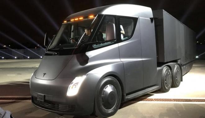 Foto: Tesla şi-a prezentat camionul electric, desprins din filmele SF