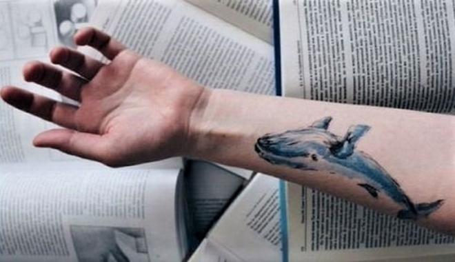 Foto: Mai mulţi elevi descoperiţi cu tăieturi pe mâini. Jucau Balena Albastră