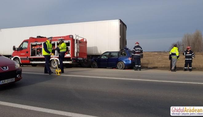 IMAGINI ŞOCANTE! ACCIDENT RUTIER MORTAL. Un şofer a intrat cu maşina sub TIR. Nu sunt urme de frânare - 1515501434121-1515503320.jpg