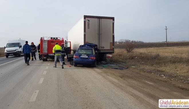 IMAGINI ŞOCANTE! ACCIDENT RUTIER MORTAL. Un şofer a intrat cu maşina sub TIR. Nu sunt urme de frânare - 1515501434459-1515503326.jpg