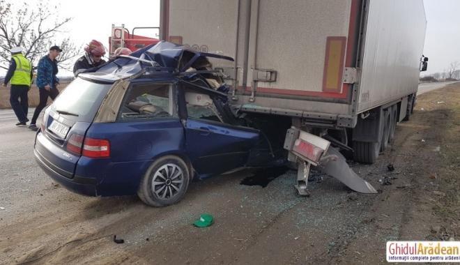 Foto: IMAGINI ŞOCANTE! ACCIDENT RUTIER MORTAL. Un şofer a intrat cu maşina sub TIR. Nu sunt urme de frânare