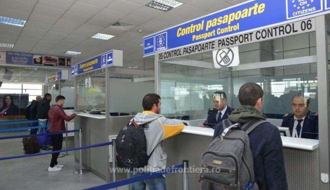 Foto: Documente false, descoperite în căptuşeala bagajelor de mână, la controlul de frontieră