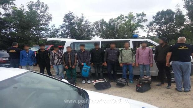 Foto: Zece persoane din Irak şi Pakistan, prinse când încercau să intre ilegal în România