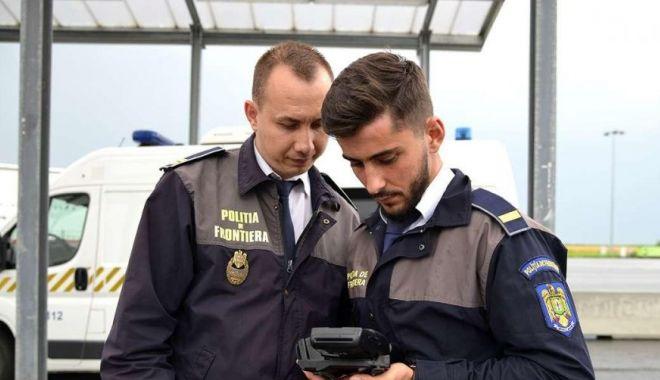 Foto: Pașapoarte turcești cu ștampile susceptibile a fi contrafăcute, descoperite de poliţiştii constănţeni