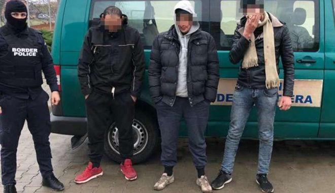 Foto: Prinși de polițiștii de frontieră români, ascunși într-un marfar! Ce intenționau să facă