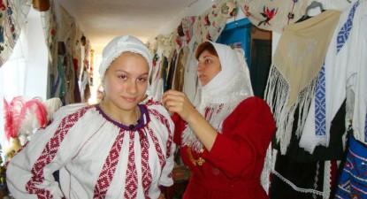 Costume populare de 100 de ani, la muzeul privat al Paraschivei - 15fec8cc407cfa321a7d12ceace60001.jpg