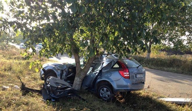 Foto: Un șofer a intrat cu mașina în copac, în Constanța