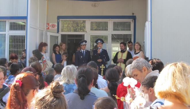 Foto: Galerie FOTO. Poliţiştii, prezenţi la începerea anului şcolar