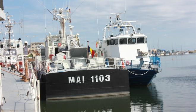 Foto: UPDATE / Pescador cu peste 130 de emigranţi, interceptat la Mangalia - VIDEO